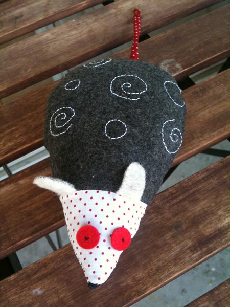 Cr ations de souris en tissus camille fraise - Doudou en tissu a faire soi meme ...