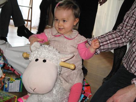 Wendy et son mouton à bascule